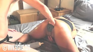 fisting her loose pussy with a xxl plug inside